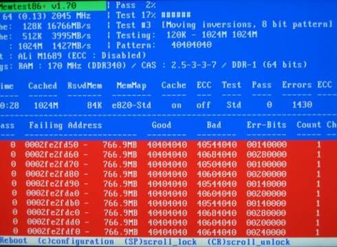 Memtest86 enseñandole a ese módulo de memoria defectuoso quien es el jefe.